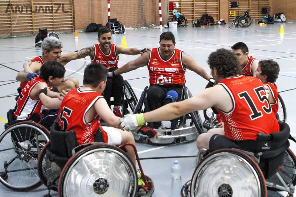 <p>CAI Deporte Adaptado es una entidad que trabaja en la gesti&oacute;n de proyectos deportivos, culturales, y de formaci&oacute;n para personas con discapacidad. Obtuvieron la beca &ldquo;Para Nuestros H&eacute;roes&rdquo; en 2016 por su proyecto de rugby en silla de ruedas. Se trata de un deporte paral&iacute;mpico de reciente implantaci&oacute;n en Espa&ntilde;a, dirigido a personas con gran discapacidad, tetraplejias o similares. En Zaragoza lo promocionan entre los chic@s con dificultades especiales de movilidad y para ello con la aportaci&oacute;n de la beca compraron&nbsp;sillas de ruedas deportivas espec&iacute;ficas para este deporte.</p>