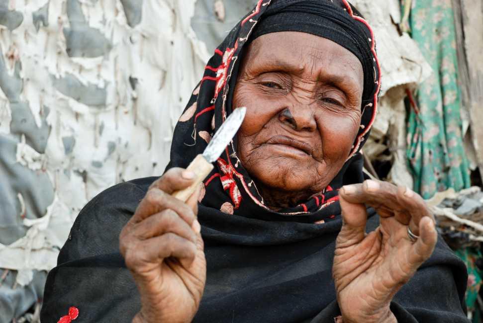 <p>En <strong>Mal&iacute;, la ONG World Vision trabaja con un exitoso proyecto contra la mutilaci&oacute;n genital femenina dirigido por quienes antes se ganaban la vida practic&aacute;ndola, las comadronas</strong>, t&eacute;rmino de referencia para estas mujeres respetadas en toda la comunidad por el trabajo que realizan.</p><p>&nbsp;</p><p><strong>Djeneba Diawara y Seliba Dembele son dos de estas comadronas</strong> que abandonaron la pr&aacute;ctica de la ablaci&oacute;n despu&eacute;s de una campa&ntilde;a de sensibilizaci&oacute;n llevada a cabo por World Vision en <strong>Kimparana</strong>. Desde entonces han dedicado su vida a apoyar en la labor de disuadir a otras personas de continuar el rito y brindar a las practicantes actuales mejores oportunidades para ganarse la vida dignamente. Hasta ahora han persuadido a otras 27 practicantes para que renuncien a este oficio y busquen otras v&iacute;as de ingresos econ&oacute;micos.</p><p>&nbsp;</p><p><strong>Diawara dijo que los mensajes de World Vision le abrieron los ojos.</strong> &quot;He visto las consecuencias devastadoras en la vida de las mujeres, especialmente cuando quieren dar a luz&quot;, <strong>dijo. </strong>&quot;Las mujeres que cortan a las ni&ntilde;as conocen la realidad y son conscientes de que pueden quitarles la vida en cualquier momento&quot;. Pero agreg&oacute; que las mujeres practicantes a menudo contin&uacute;an cortando los genitales de las ni&ntilde;as porque es una fuente &uacute;til de ingresos.</p><p>&nbsp;</p><p><strong>Una tradici&oacute;n basada en falsos ritos y creencias que hace muy complejo el trabajo para su erradicaci&oacute;n.</strong> &quot;Se trata de un proceso concebido para dar a la mujer honor y dignidad en la comunidad. Las mujeres que a&uacute;n no se han sometido a la mutilaci&oacute;n genital femenina, no estaban calificadas para estar entre ellas. Es parte de un proceso tradicional, una ceremonia que comenz&oacute; hace mucho tiempo. Un viaje misterioso&rdquo;,