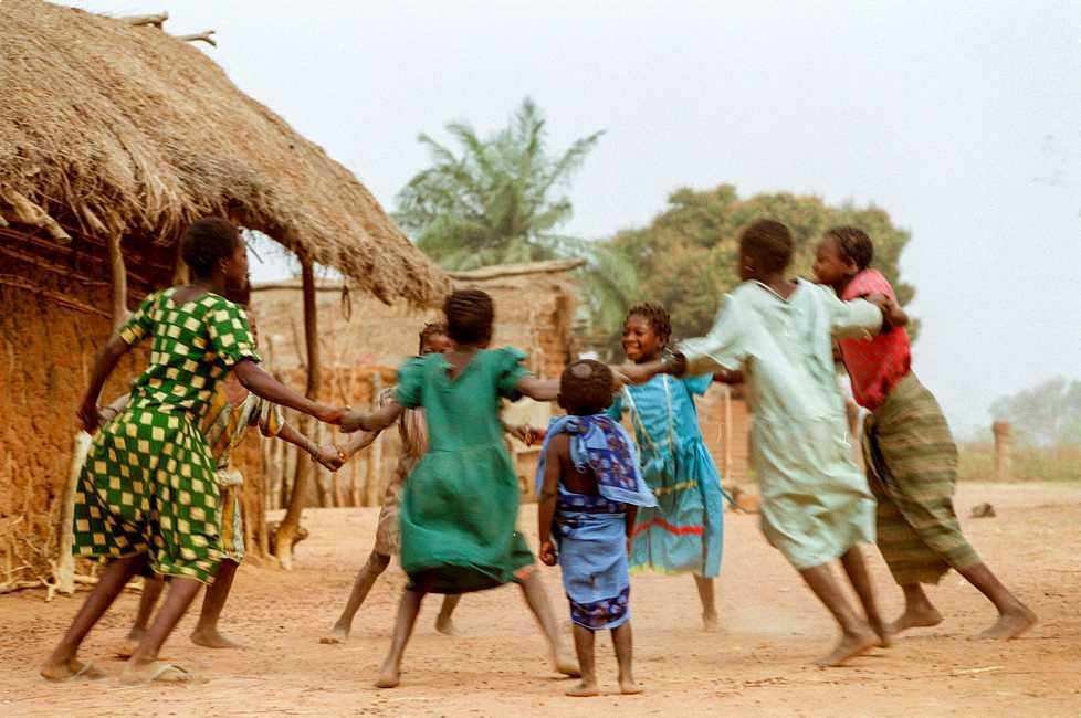 <p><strong>La MGF/ablaci&oacute;n y el matrimonio infantil comparten numerosas causas y factores sociales</strong> que incluyen la desigualdad de g&eacute;nero, normas sociales establecidas, un deseo por controlar la sexualidad femenina, creencias religiosas, y oportunidades econ&oacute;micas limitadas para mujeres y ni&ntilde;as.</p><p><strong>Causas subyacentes</strong></p><p>1- Las <strong>normas culturales y las pr&aacute;cticas tradicionales</strong> son las principales causas de la ablaci&oacute;n y el matrimonio infantil.</p><p>Estas incluyen comportamientos asociados con: religi&oacute;n, roles de g&eacute;nero obsoletos, ritos de pasajes, c&oacute;digos de honor de la familia y la comunidad y mecanismos de justicia. Estas pr&aacute;cticas se han llevado a cabo durante generaciones y est&aacute;n altamente normalizadas, lo que significa que para cambiarlas es necesario un proceso lento y exigente.&nbsp;</p><p>&nbsp;</p><p>2- <strong>Las normas de g&eacute;nero y la desigualdad</strong> son otra de las causas de los matrimonios precoces y la ablaci&oacute;n.</p><p>En algunas sociedades, el honor familiar est&aacute; ligado a la virginidad de una hija. Como resultado, las ni&ntilde;as son obligadas a ser mutiladas para probar su virginidad o son entregadas en matrimonio para reducir el riesgo de embarazo extramatrimonial y relaciones sexuales.</p><p>&nbsp;</p><p>3- <strong>La pobreza desempe&ntilde;a un papel importante en la pr&aacute;ctica de la mutilaci&oacute;n genital femenina y el matrimonio infantil</strong>.</p><p>En muchas partes del mundo, los padres ven a sus hijas como una carga financiera de su familia, estas pr&aacute;cticas facilitan la salida de la ni&ntilde;a de la familia a temprana edad.&nbsp;</p><p>&nbsp;</p><p>4- <strong>La falta de acceso a una educaci&oacute;n segura y asequible</strong> - especialmente m&aacute;s all&aacute; del nivel elemental - <strong>fomenta a&uacute;n m&aacute;s estas pr&aacute;cticas ancestrales</strong>.</p><p>&n